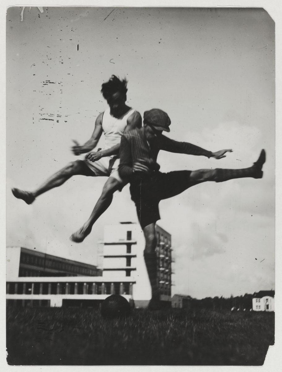 """""""Sprung über das Bauhaus"""". Foto: T. Lux Feininger, um 1927. Bauhaus-Archiv Berlin / © Nachlass T. Lux Feininger"""