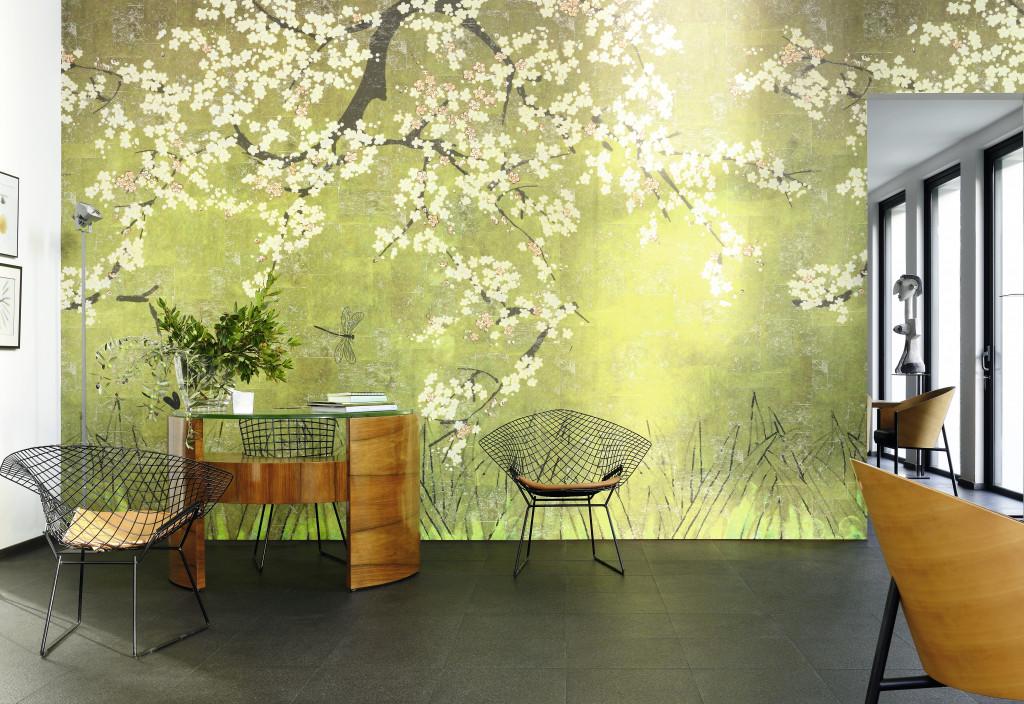 """Zarte Kirschblüten auf der Tapete """"Les cerisiers sauvages"""" von Élitis lassen ein japanisch anmutendes Wandgemälde entstehen. (Foto: © Élitis)"""