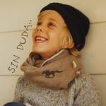 Lachendes Kind mit Individuellem flauschigen Schal und Lieblingsmotiv.