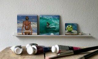 Kleinformatige Ölbilder stehen in einem Regal. (© Sonja Neumann)