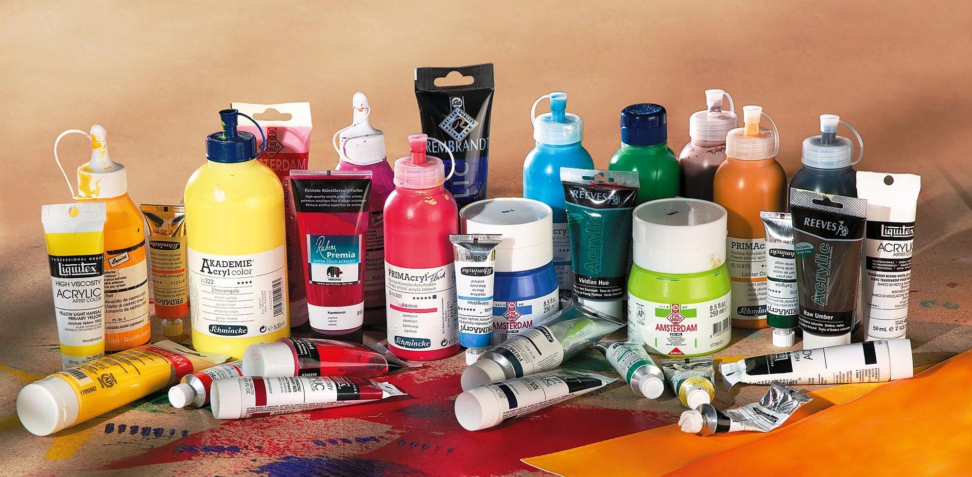 Verschiedene Acrylfarben in Tuben, Flaschen und Tiegeln.