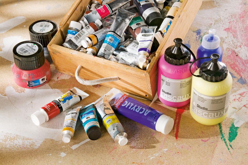 Holzkiste mit Acrylfarben in Tuben
