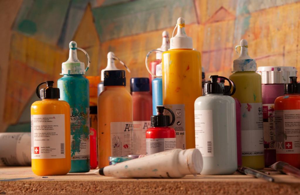 Acrylfarben in Kunststofflaschen mit Spritztüllen.