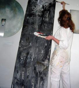 Renate Linnemeier im weißen Overal beim Malen