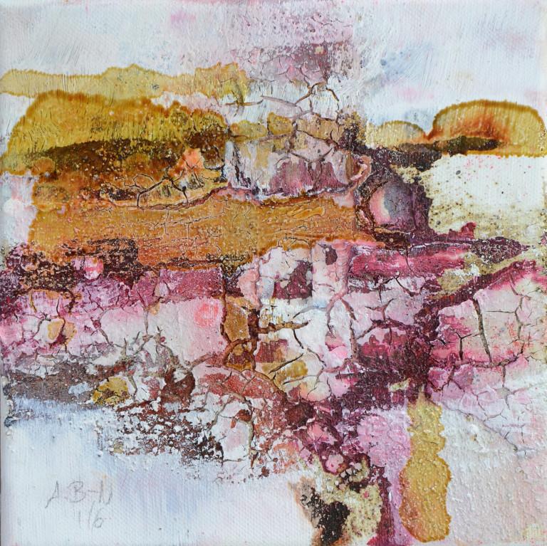 Stark aufgebrochene Acrylstrukturen in Ocker und Pink.