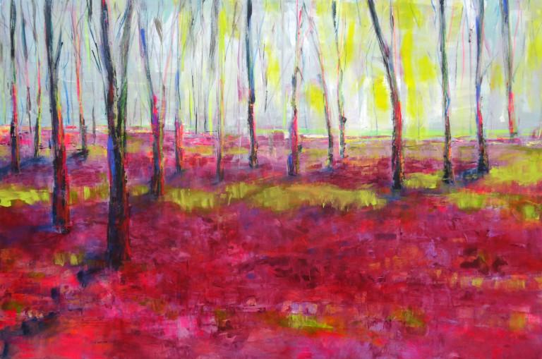 Rotgrundiger Waldboden mit braunen Baumstämmen.