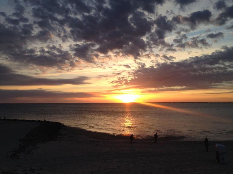 Die Farbe des Sommers: Strand bei Sonnenuntergang
