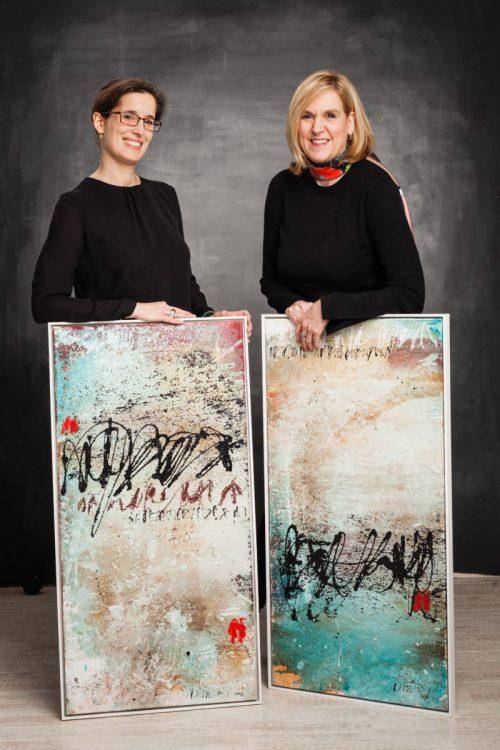 Britta Sopp und Tina Bungeroth von KUNSTschön,; Diptychon von Robert Süess (Foto: Inga Steeg)