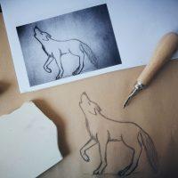 Detailgenaue Vorzeichnung Wolf für handgemachtes Stempelmotiv.