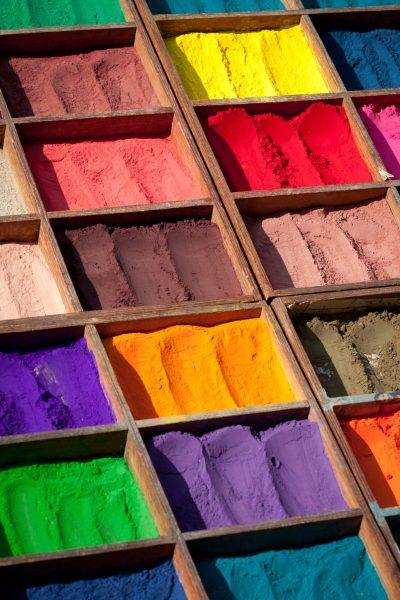 Farbige Pigmentpulver in Holzboxen